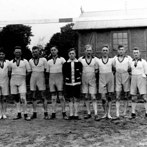 LOW_fussball_teamfoto_teilweise_barfuss