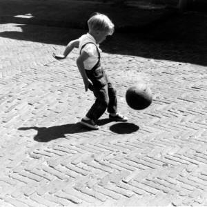 fussball_junge_schatten_straße