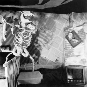skelett_vor_kamin_partykeller?