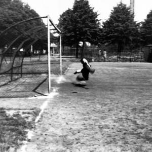 KLEIN_fussball_torwart_fliegt_tor_2